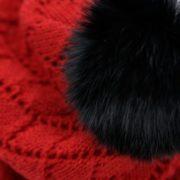Tuqsat Mérinos rouge avec pompon en fourrure